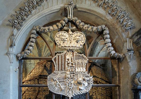 A csehországi sedleci csonthalom, melyet a csontok templomaként is emlegetnek, mintegy 40 ezer emberi csontvázat foglal magában. Egy gótikus templom alatt található - amikor azt építették, tömegsírra bukkantak a föld alatt, és az emberi maradványokat művészi elrendezésben beépítették a falakba.