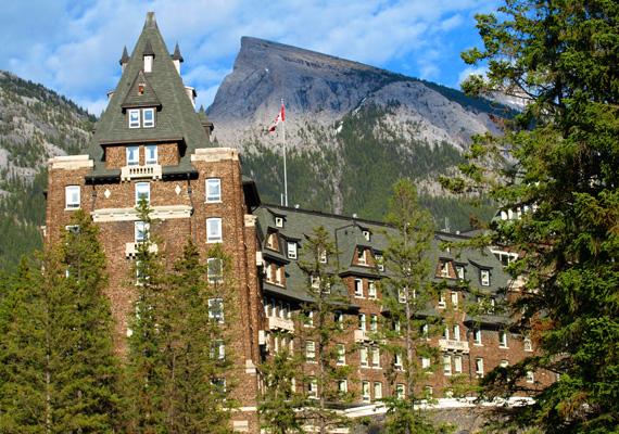 A kanadai Banff Springs, amelyet egy '30-as években bekövetkezett tűzvész után újjáépítettek, szintén fogad vendégeket, ám az egyik szobáját végleg bezárták előttük. A 873-as szoba egy máig megmagyarázhatatlan paranormális eset miatt nem áll többé nyitva a látogatók előtt.