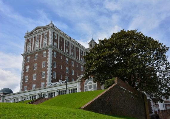 A virginiai North Beachen található elegáns Cavalier Hotel még nem zárta be véglegesen a kapuit, egyelőre harcban áll az itt zajló paranormális jelenségek jelentette, a legtöbb ember számára zavaró körülménnyel. Az erőviszonyok folyamatosan változnak, hol a hotel működtetői, hol a kísértetek javára: időről időre lezárnak egy-egy részleget vagy emeletet - a hetediket például - megmagyarázhatatlan események miatt.