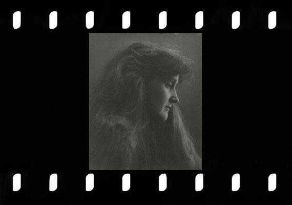 Leonora Piper (1859-1950) talán a legtöbb tudományos tesztnek alávetett médium, aki egy betegsége során átélt véletlen transzállapot hatására kezdett a pszichikai képességekkel foglalkozni.