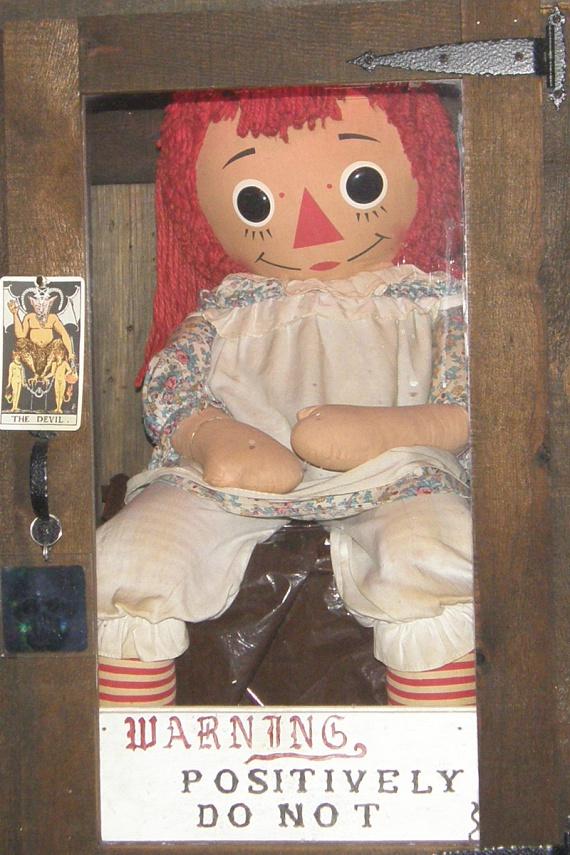 Annabelle                         Nagylányként kapta egy Donna nevű nővér ajándékba a piros hajú babát, mely rövid idő alatt teljesen felforgatta az életét. Kézzel írt segítségkérő cetliket találtak nála, olyan papírra írva, amilyen nem is volt a házban, magától változtatta meg helyét, mire a lakók hazaértek, sőt, egy alkalommal véres kézzel találták meg. Ide kattintva megismerheted történetét bővebben korábbi cikkünkből.