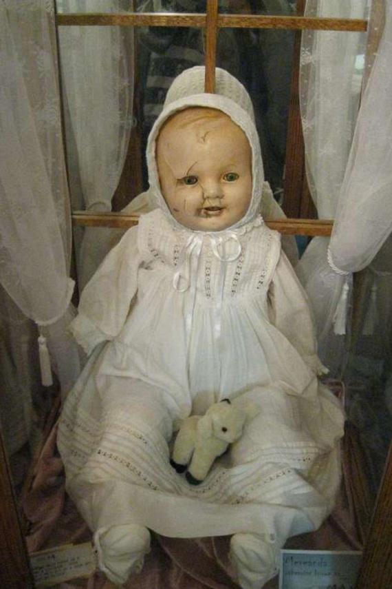 Mandy                         A játék babát valamikor az 1910-es évek környékén készítették Németországban. Korábbi tulajdonosa azért adott túl rajta, mert éjszakánként gyermeksírást hallott otthonában, holott nem volt a házban gyermek. Bár a játék babát sohasem tudta rajtakapni a garázdálkodáson, annak mai helyén, a Canada's Quesnel múzeumban is furcsaságok zajlanak, amióta oda került. Nem elég, hogy rendszeresen eltűnnek az ott dolgozók holmijai, hallják, amint a baba néha megkopogtatja a vitrinje üvegét.