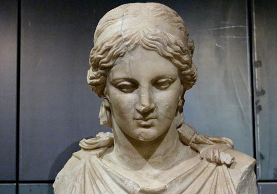 Ha csütörtökön születtél, istennőd a szűzies Artemisz, a természet, a vadászat istennője és a gyermekek oltalmazója.