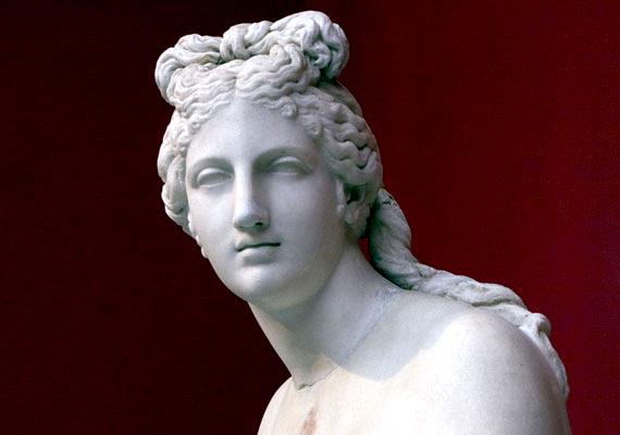 Ha pénteken születtél, Aphrodité hatása alatt állsz. Ő a szerelem és a szépség istennője, akinek alakjában összeolvad a szexualitás és a kreativitás teremtő ereje.