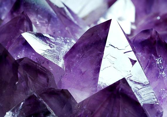 A kristályvetés szerelmi kilátásaidat öt különböző nézőpontból világítja meg. Így rakd ki a jósláshoz a kristályokat.
