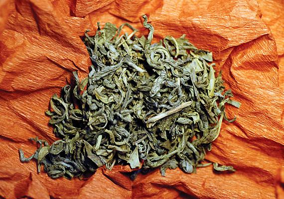 A tealevelekből könnyedén jósolhatsz magadnak. Csak forrázd le a teát, idd meg, és fordítsd ki a csészéből a füvet. Azt, hogy pontosan hogyan is csináld, illetve miként olvasd ki belőle a jóslatot, itt nézheted meg.
