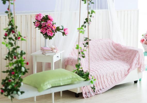Bár ma már nagyon szép művirágok kaphatók, ne halmozd őket a lakásban, és főleg ne annak pénzterületén. Nevelgess inkább élő növényeket, lehetőleg apró levelű pénzhozó növényeket. Az élő növény változik, nő, a mű nem - ez a kulcs.