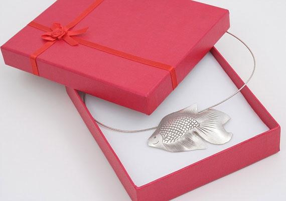 Bakként egy hal alakú talizmán lesz segítségedre.
