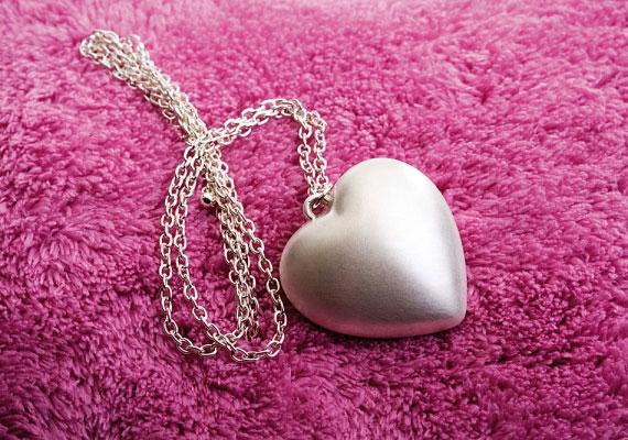 Ha a Kos jegyében születtél, egy szív alakú ékszer segít abban, hogy rád találjon a szerelem.