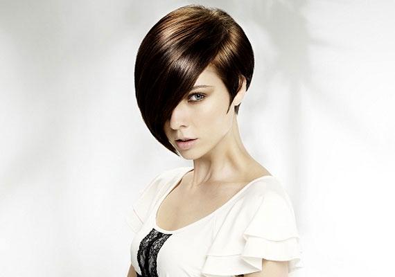 Vízöntőként egy merész, geometrikus frizurával könnyen a figyelem középpontjába kerülhetsz.