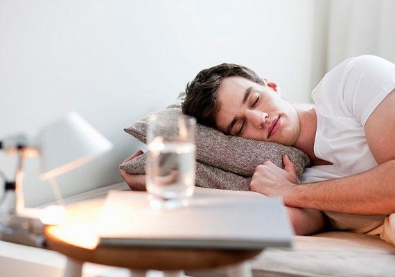 Aki félig magzatpózban alszik, vagyis az oldalán, ívelt testtartásban, az általában kompromisszumkész és békeszerető, ügyel arra, hogy ne bántson meg másokat.