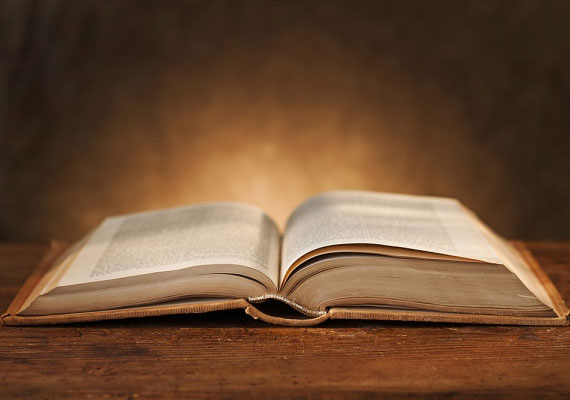 Van, aki könyvből szokott jósolni magának. Tedd fel a kérdésed, majd üss föl egy könyvet találomra, és csukott szemmel helyezd az ujjad valahová a szövegben. Amit ott találsz, az a válasz a kérdésedre. Előtte döntsd el, hogy csak az adott szót, szavakat vagy az egész mondatot veszed figyelembe.