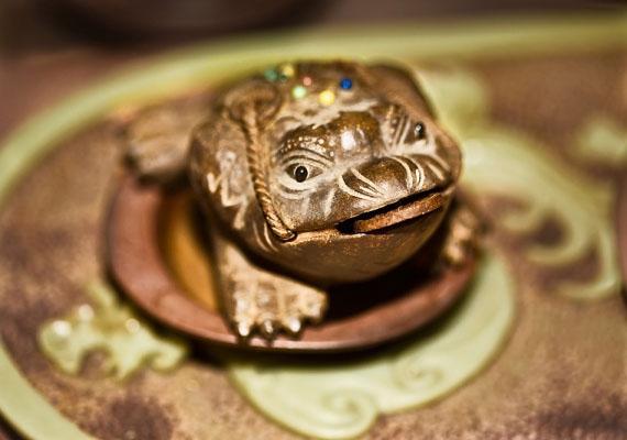 Végül pedig, ha biztosra akarsz menni, választhatsz pénzhozó feng shui-tárgyakat is, mint a háromlábú varangy, a jáde kőből készült dísztárgyak vagy éppen egy mutatós csobogó. Ezeket is érdemes a pénzterületen elhelyezned.