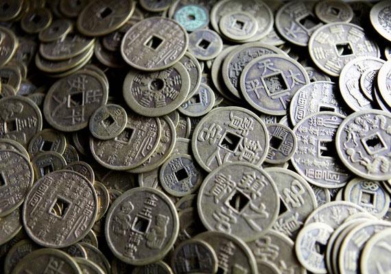 Helyezz el kínai érméket a pénzsarokban, de a lakás más pontjaiba is tehetsz belőlük.