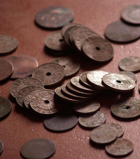 Pénzérmék  Helyezz el pénzérméket a lakásod délkeleti részében. Ez lehet aprópénz, külföldi vagy régi, használaton kívüli pénz is, teheted őket egy üvegedénybe, vagy fel is függesztheted.  Kapcsolódó cikk: 7 tárgy, amit ne tarts a lakásban »