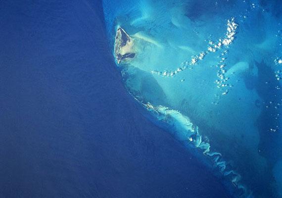 A Bahama-szigetek közelében, a tenger mélyén fekvő Bimini Road szabályos téglalap alakú mészkőtömbökből áll. Egyes kutatók azt feltételezik, hogy ezek Atlantisz romjai. »