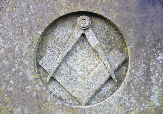 A 14. századból eredő szabadkőműves mozgalom titkos társaságokat hozott létre, melyek céljait és működését nagyrészt homály fedi. De tagjaik talán ma is köztünk járnak.