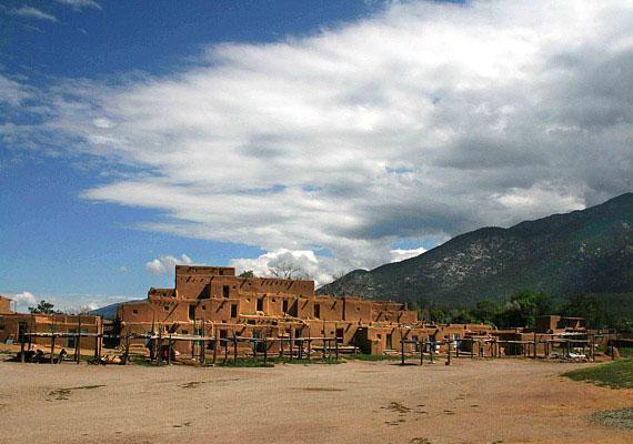 Az új-mexikói Taos városka lakói egész életüket megmagyarázhatatlan búgásban élik, melyet csak taosi moraljásnak neveznek. »