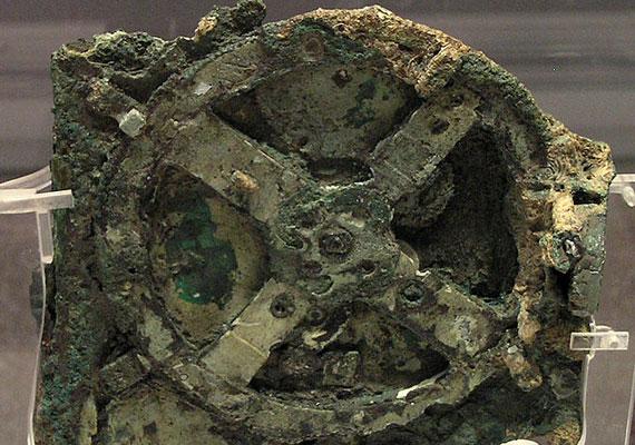 Az antiküthérai szerkezetre az Égei-tenger 40 méteres mélységében találtak rá. Valószínűleg asztronómiai szerkezet része lehetett, de a technikáját eddigi tudásunk alapján nem ismerhették volna abban az időben, az i.e. 2.-1. században