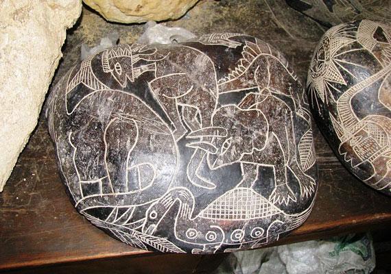 Az első Ica-köveket 1961-ben, a perui Ica város közelében találták, napjainkban pedig már mintegy 30 ezer hasonló követ tartanak számon. A rejtélyes leletek furcsa dolgokat ábrázolnak, mint emberekkel élő dinoszauruszt, ősi agyátültetést és eltűnt kontinenseket.