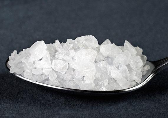 Készíts konyhasóból sókristályt, és akaszd a nyakadba. Akár egy kis textildarabba is becsomagolhatod, ha attól tartasz, szétesik.