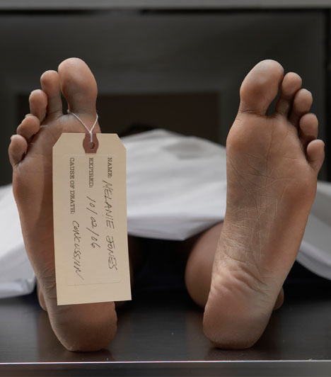 Halott emberHátborzongató, ha az ember halottat lát, és nincs ez másképp akkor sem, ha csak álmodja, sőt, ha lehet, az álmokban ez sokszor sokkal groteszkebb, sokkal megrázóbb. Mégsem rosszat, hanem - a hajadonok számára pláne - pozitív dolgot jelent halottal álmodni. Jelentése ugyanis házasság.