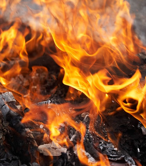 Tűz                         Tűzzel álmodni különleges élmény, ugyanakkor félelmetes is, hiszen, mint minden élőlény számára, az embernek is riasztóak a mindent elemésztő lángok. Ha azonban tűzzel álmodsz, nem kell megijedned, mert nem rosszat jelent, hanem a jó szerencse és a vidámság előjele.