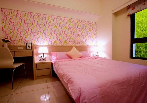 A 8-as otthonban a rózsaszín árnyalataira támaszkodhatsz, és járólapokkal burkolhatod a padlót.