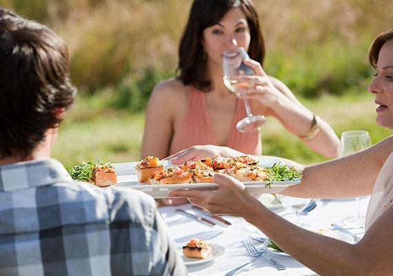 2-esként egy baráti összejövetelen, például kerti partin találkozhatsz az igazival. Kezdetnek szervezd te a mulatságot.