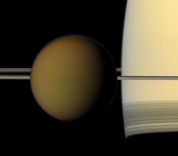 A Cassini felvételén a Szaturnusz legnagyobb holdja, a Titan halad el a bolygó mellett.