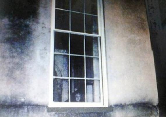 Ezen a titokzatos képen egy kislány szellemét vélték felfedezni. Az ablak egy savannah-i ház ablaka. Állítólag egy kislány valaha e mellett az ablak mellett halt meg.