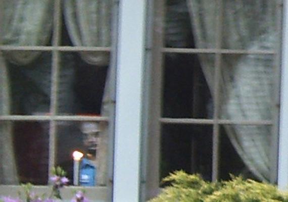 Ez a kísértetarc különösen ijesztő: mintha egy gyerek szelleme lenne, mégis gonosznak tűnik tekintete alapján. Egy ohiói házat fényképezve örökítették meg, ahol állítólag megmagyarázhatatlan dolgok is történtek. A képet később fotólaborok ellenőrizték, kiderült, hogy nem manipulált.