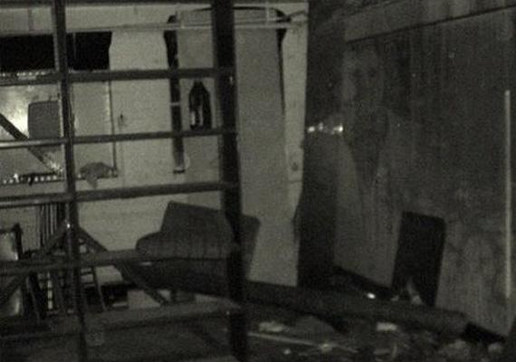 1974-ben, a Crowley Hall felújításakor több régi kép között került elő ez is, hátulján azzal a felirattal, hogy megint itt járt... mikor hagy már minket békén?