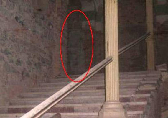 A romániai Decebal Hotelban is szellemjárás zajlik állítólag. Úgy vélik, a képen az a kísértet látható, aki a szállodában elrejtett titokzatos kincset őrzi.
