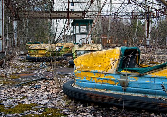 Pripjaty                         A csernobili atomkatasztrófa sújtotta területre ma engedéllyel lehet ellátogatni, már akinek van hozzá mersze - nem csupán a sugárzástól való félelem, az ott uralkodó kísérteties hangulat is felborzolja az idegeket és távol tartja az embereket. A településen megállt az idő, minden csupa rozsda, az épületek romosak: valóságos kísértetváros. Az ember szinte azt érzi, bármelyik ház ablakán kikandikálhat egy szellem.