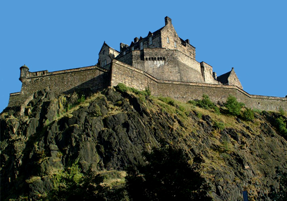 Edinburgh-i kastélySkócia híres a kísérteteiről. Ott található ez a kastély is, melynek falai közt tudományosan bizonyítottan paranormális tevékenység tapasztalható. 2001-ben több száz fős kísérletet végeztek itt kamerák és más érzékeny műszerek bevetésével, és a résztvevők közel fele tapasztalt különös jelenséget a tíznapos periódus alatt.