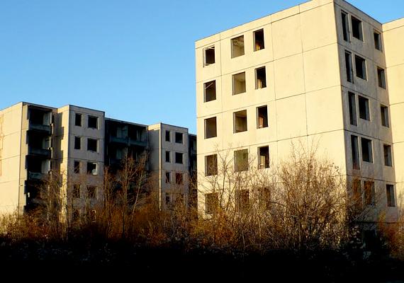 Szentkirályszabadja                         Nálunk is van hasonlóan hátborzongató város. Hallottál már a magyar Csernobilról? Szentkirályszabadja a Balatontól nem messze található. Évtizedekkel ezelőtt szovjet laktanyaként működött, és otthont adott a katonák családjainak is. Minden volt itt, ami kellett, iskolák is - ma üres. A város 1988-tól kezdett kiürülni, ma félelmetes érzés épületei közt sétálni. A fotót Hajner Gyula készítette, további képeket, videókat tőle ide kattintva találsz.