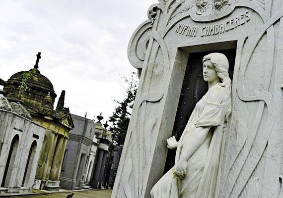 La Recoleta temető, Buenos AiresA világ egyik legszebb temetője egyben az egyik legfélelmetesebb is: itt egy 19 esztendős lány szelleme bolyong állítólag. Rufina Cambacérès halála oka szívroham volt, három orvos is megállapította, ám temetése után pár nappal a temető egyik karbantartója azt látta, hogy a kriptában a koporsó elmozdult, és el is tört. A lány feltételezhetően élt, amikor eltemették, és később magához tért. Apja ekkor állíttatta a sírból kilépő szobrot a kripta bejáratához. A legenda szerint azóta is járja a lány szelleme a temetőt, olyan eltemetettek után kutatva, akiket hozzá hasonlóan tévedésből véltek halottnak.