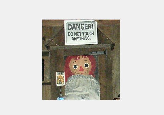 A Warren házaspár okkult múzeumában különböző megszállott tárgyakat őriznek. Annabelle volt az első darab, aki állítólag rettegésben tartotta első tulajdonosait babától szokatlan megnyilvánulásaival.