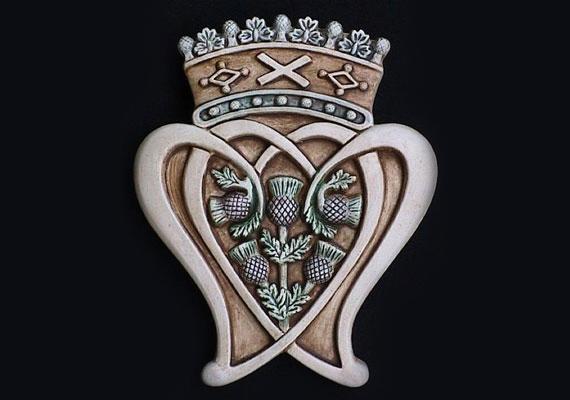 Európába visszatérve: a skótok szerelmi talizmánja összekapaszkodott szíveket ábrázol, rajtuk koronával.