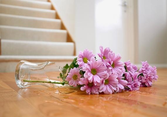 A törött tárgyak negatív energiákat hoznak otthonodba, a szerelmet illetően pedig a régi sérülés emlékét tartják. Dobd ki, ami összetörik, nincs pardon!