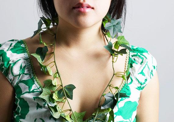 A borostyán a hűség növénye, ha borostyánlevél alakú medált viselsz, megerősítheted a hűség energiáit.