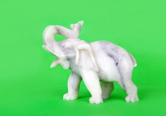 Ha az elefántnak fölfelé áll az ormánya, akkor az egészség, az életerő jelképe. Elhelyezheted a hálószobában, de még jobb, ha valamelyik központi helyiségben áll.