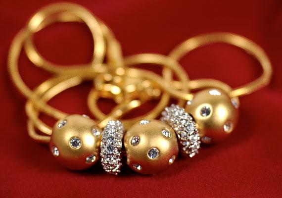 Ha van arany ékszered, viseld minél gyakrabban, mert úgy tartják, gazdagságot vonz az életedbe.