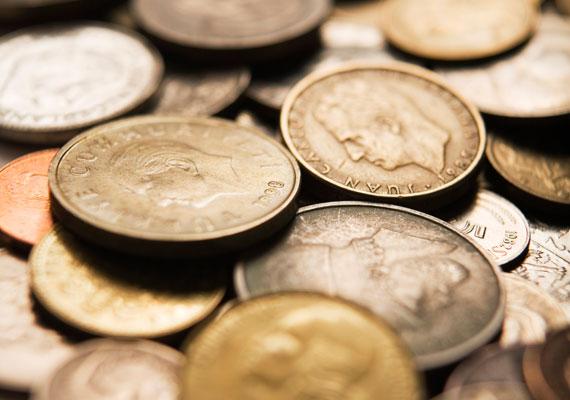 Sose legyen üres a pénztárcád, mindig tarts benne némi aprópénzt. Egy érmét papírba is csomagolhatsz, és magaddal hordhatsz.