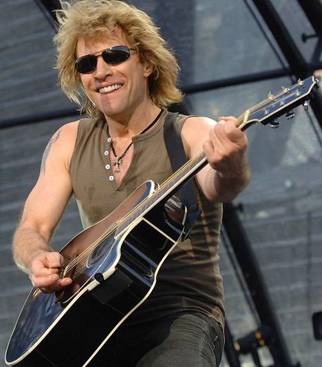 Jon Bon Jovi  Az oroszlán-sörényű énekestől a nyolcvanas-kilencvenes években nők milliói aléltak el. Ahhoz azonban, hogy a zenekar 1983 óta több mint 120 millió albumot adjon el világszerte, kétségkívül tehetségre is szükség volt. 1962. március 2-án látta meg a napvilágot.  Kapcsolódó cikk: Mikor leszel életedben a legszerencsésebb? »