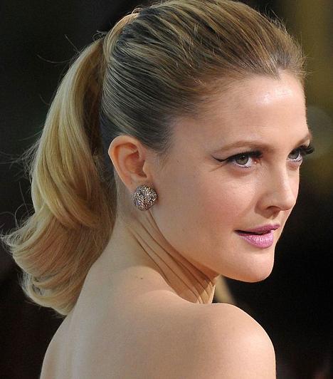 Drew Barrymore  A Los Angeles-i születésű szőkeség 1975. február 22-én látta meg a napvilágot. Édesanyja magyar származású amerikai színésznő, eredeti nevén Makó Ildikó. Felmenői valódi dinasztiát alkotnak: ükszülei, dédszülei és nagyszülei egyaránt sokat foglalkoztatott színészek voltak az álmok városában.