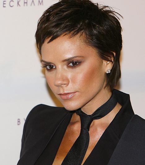 Victoria Beckham 1974. április 17-én született Essexben. Az egykori Posh Spice a kilencvenes évek végén ment feleségül David Beckham futballistához, és azóta a celebek boldog életét éli.Kapcsolódó hír:Iszonyú csúfat villantott a girhes Victoria Beckham »