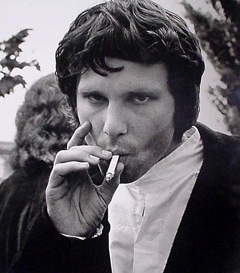 Jim Morrison A Doors fiatalon elhunyt énekese minden idők legsármosabb frontemberei közé tartozott, de sosem volt könnyű eset. 1969-ben Miamiban például teljesen elázottan állt a színpadra, ahol előbb a közönséget inzultálta, majd letolta nadrágját. A koncert befejeződött, az énekest meg letartóztatták. Első fokon elítélték, a másodfokú ítéletet viszont már nem érte meg. 1943. december 8-án született és 1971. július 3-án hunyt el.
