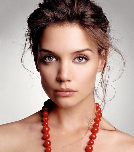 Katie Holmes Az egykor életvidám és csinos fiatal színésznő Tom Cruise feleségeként egyre jobban hasonlít egy lestrapált, étkezési zavarokkal küzdő matrónára. 1978. december 18-án született.  Kapcsolódó galéria: Katie Holmes élete képeken »